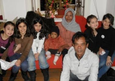 Ureinwohner Bidin mit Frau und Tochter zu Besuch aus Indonesien