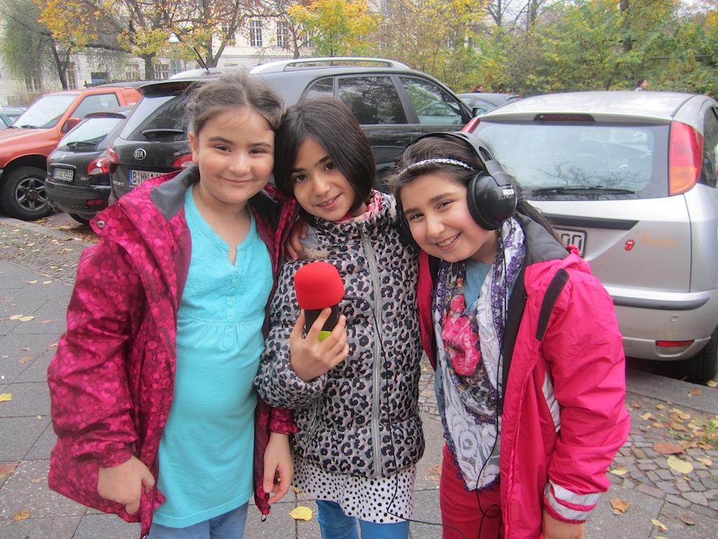 Drei Radijojo-Reporterinnen bei der Straßenumfrage