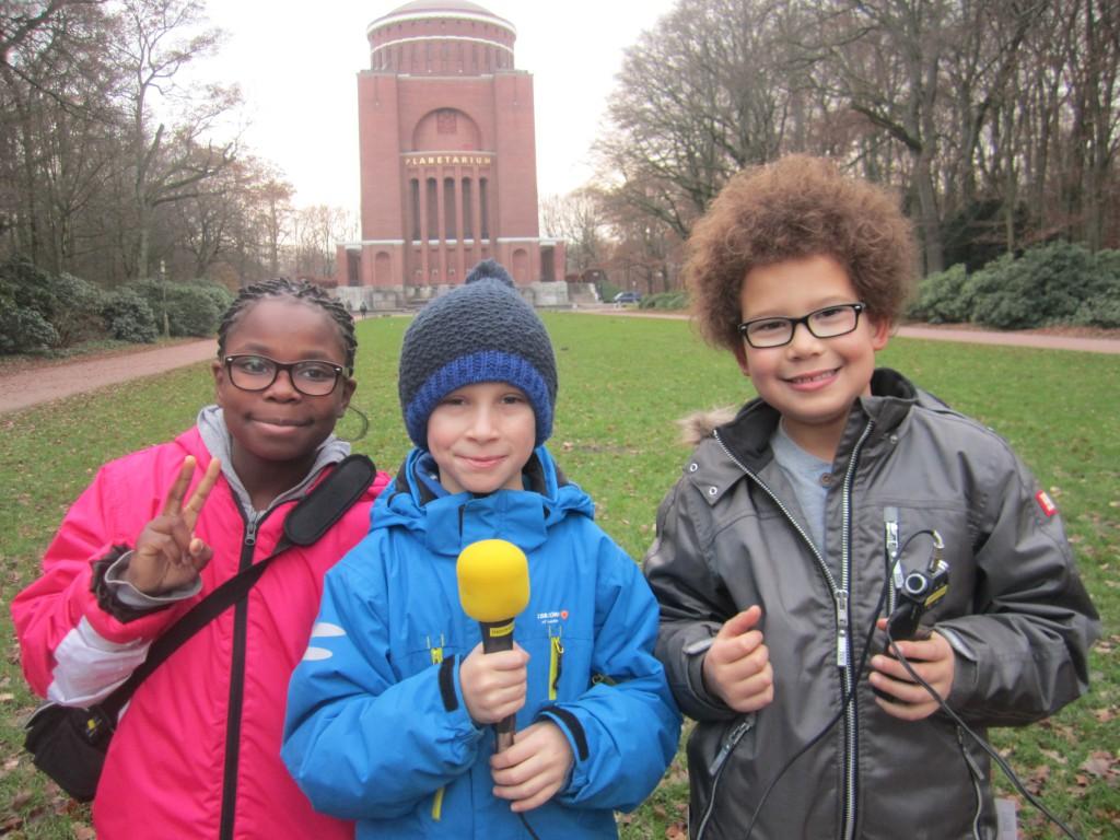 Die Radiofüchse Kinderreporter vor dem Planetarium Hamburg