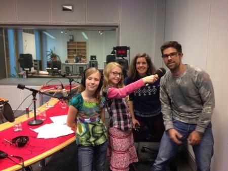 Die Radiofüchse Nina, Mila und Medienpädagogin Andrea Sievers mit Mikado-Moderator Tim Berendonk :-)