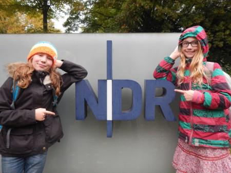 Zu Besuch bei Mikado am Morgen auf NDR Info: Nina und Mila vor dem NDR-Logo