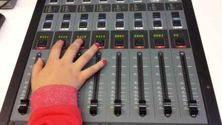 Am Mischpult im Radiostudio: Auch die Technik bedienen wir selbst